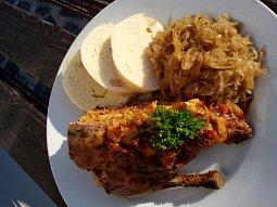 Kachna se žemlovo-zeleninovou nádivkou