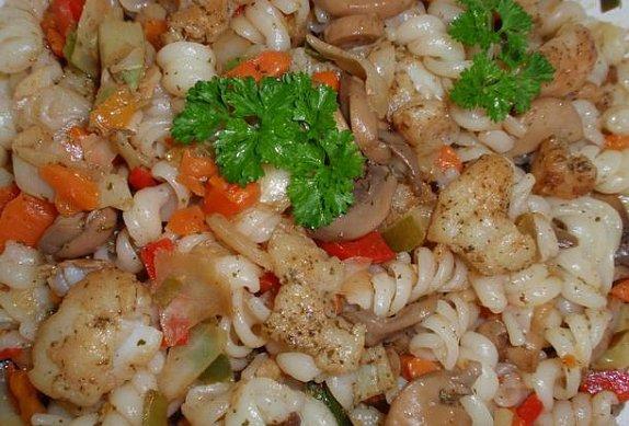 Těstovinový salát s rybou a zeleninou
