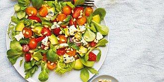 Salát s rajčaty, avokádem a nivou
