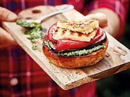 Vegetariánský burger se sýrem halloumi
