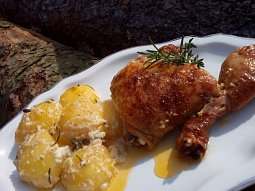 Pečené smetanové brambory s kuřecími stehýnky