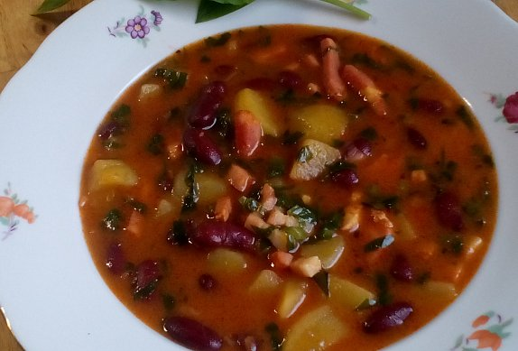 Debrecínská polévka s fazolemi