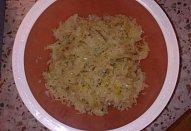 Segedinský salát a toast s bylinkovým máslem