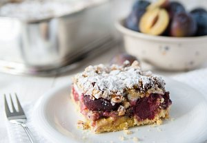 Švestkovo-tvarohový koláč s ořechovou drobenkou