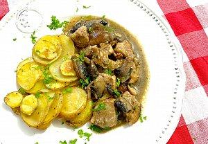 Kuřecí maso na houbách se zapečenými bramborami