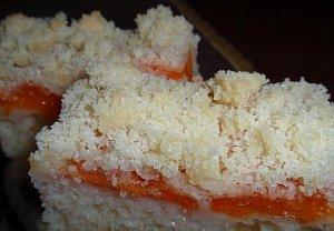 Smetanový koláč s meruňkami a žmolenkou