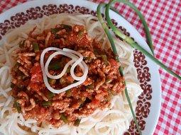 Česnekové výhonky v tomatové mleté směsi
