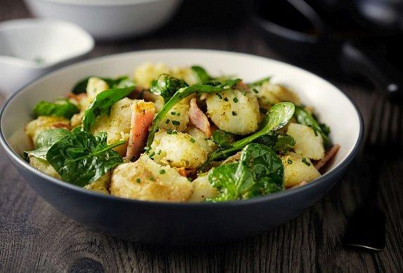 Teplý bramborový salát se slaninou a tvarůžky