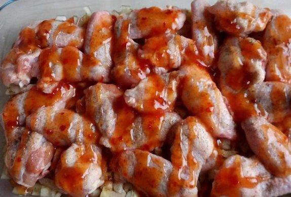 Chilli křídla v cibulovém sosu