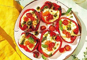 Pečené papriky se sýrem, rajčaty a pestem