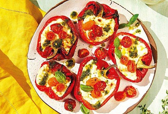 Pečené papriky se sýrem, rajčaty a pestem photo-0