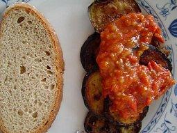 Smažený baklažán (tykvička) s rajčaty (bulharská kuchyně)