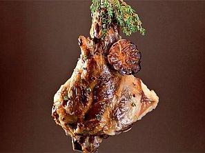 Jehněčí kýta pečená se 40 stroužky mladého česneku - Gigot aux 40 gousses d ail
