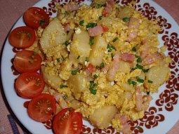 Bramborový knedlík s vejcem a slaninou