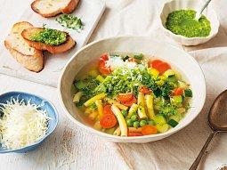 Jarní minestrone s petrželovým pestem