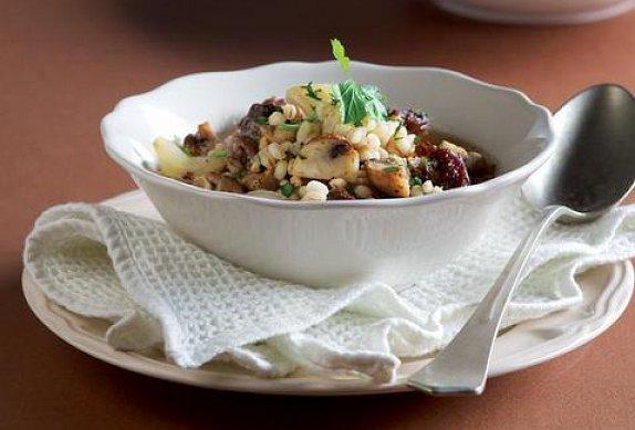 Pečená hovězí polévka s houbami a kroupami