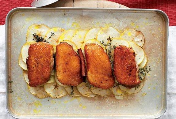 Pečená kachní prsa s jablky, javorovým sirupem a jablečnou zálivkou