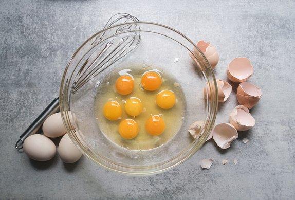 Omeleta s cuketami, kozím sýrem a petrželovým pestem