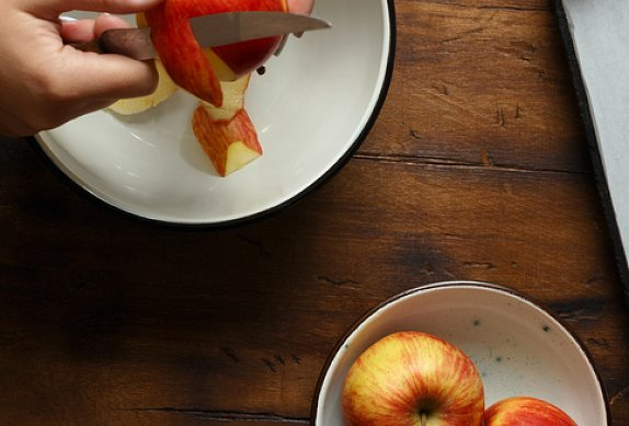 Jablkový crumble s ořechy a brusinkami