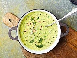 Cuketová polévka s mátou a hráškem