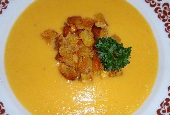 Dýňová polévka s bramborem a dýňovými krutony