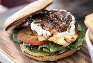 Halloumi burger s domácí máslovou bulkou