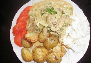 Vepřová plec s krémovou omáčkou, kapustou a brambory