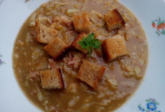 Kapustová polévka s červenou čočkou
