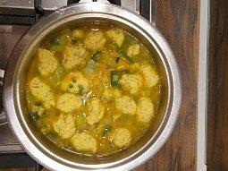 Pórková polévka s bylinkovými knedlíčky