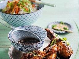 Kuřecí paličky s rýžovými nudlemi