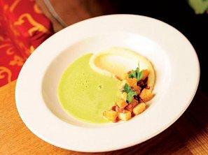 Hrášková polévka s česnekovými krutony se slaninou a bramborové pyré