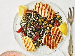 Salát s quinoou a sýrem halloumi