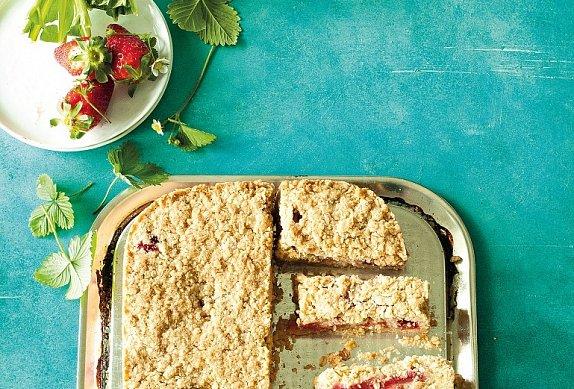 Jahodovorebarborový sypaný koláč