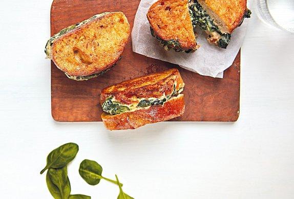 Smažené toasty se špenátem a sýrem