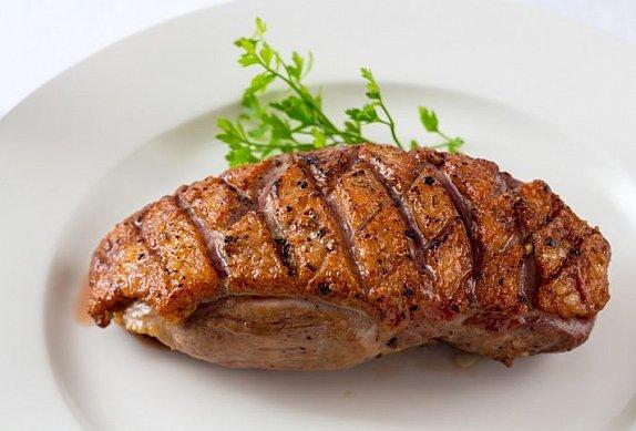 Kachní prsa s jarním salátem