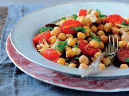 Cizrnový salát s rajčaty a chorizem