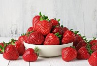 Piškotová buchta se zakysanou smetanou a ovocem