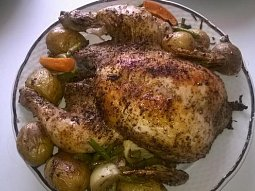 Kořeněné pečené kuře s pečenými bramborami