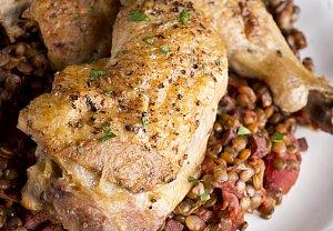 Pečené kuře s čočkou beluga
