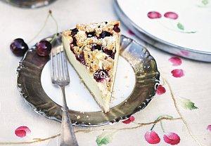 Cheesecake s třešněmi a drobenkou
