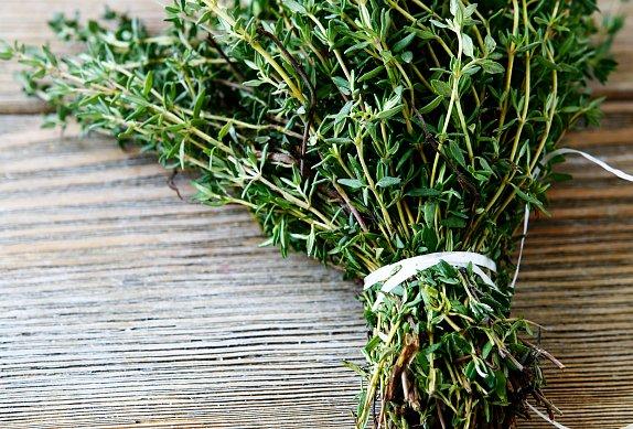Zapečené bylinkové kapie s balkánským sýrem a olivami