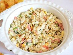 Těstovinový salát s kuřecím masem a zeleninou