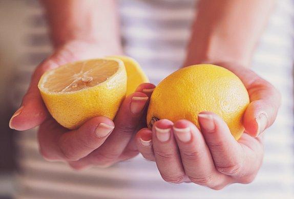 Pečené brambory s česnekem a citronem