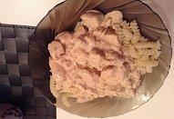Těstoviny se smetanovo-sýrovou omáčkou a kuřecím masem