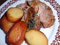 Česnekovo-tymiánová pečeně s bramborem na víně