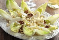Čekankový salát se sýrem a ořechy