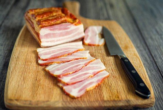 Sladko-pálivé kuřecí kousky obalené ve slanině