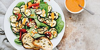 Cuketový salát s omáčkou z grilovaných paprik
