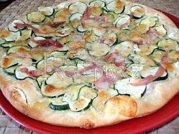 Bílá pizza s cuketou