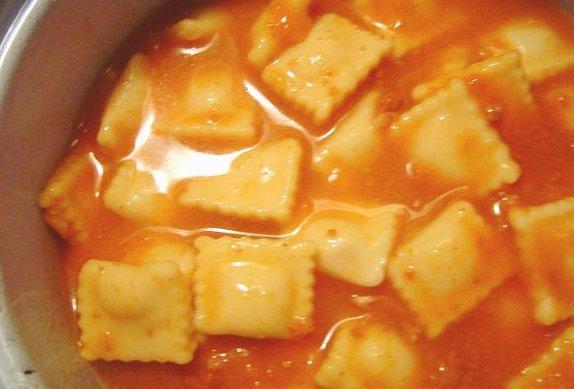 Ravioli se šunkou, olivami a sýrem